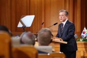 """文 """"북한 평화 지키는 건 핵무기 아닌 대화"""" 스톡홀름 제안"""