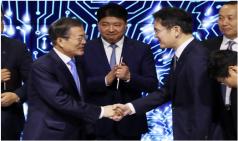 """문 대통령 """"넘볼 수 없는 디스플레이 강국으로"""""""