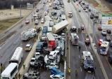 '죽음의 빙판길'에 뒤엉킨 130여대 차량…70여명 사상
